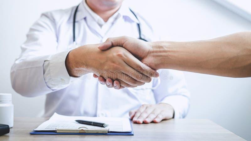 篡改有握手对与患者的congrats以后推荐治疗,当谈论解释他的症状和时 免版税库存图片