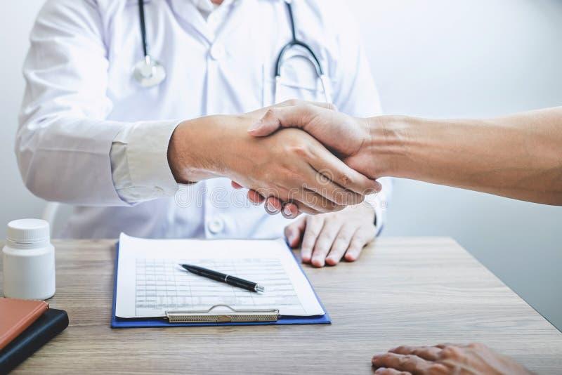 篡改有握手对与患者的congrats以后推荐治疗,当谈论解释他的症状和时 库存照片