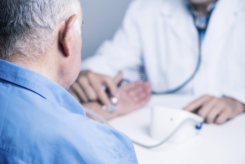 篡改测量前辈的血压 免版税库存图片