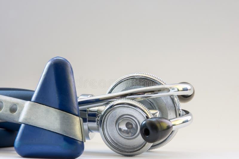 篡改疾病诊断的-听诊器phonendoscope和神经学反射锤子` s医疗工具设备在白色 库存图片