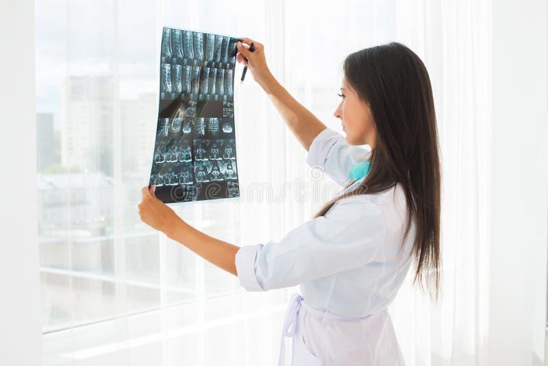 篡改看X-射线或MRI概念医疗保健,医疗和放射学概念 库存照片