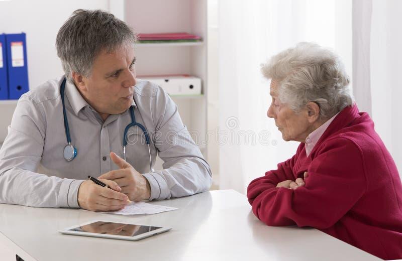 篡改解释诊断对他的资深女性患者 库存图片