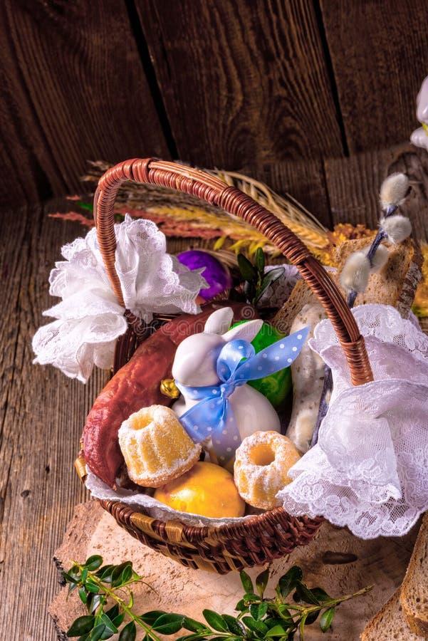 篮子传统复活节的食物 免版税库存照片