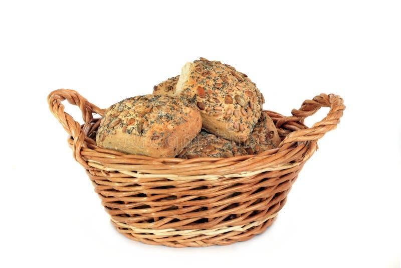 篮子做面包的粮谷多卷 图库摄影