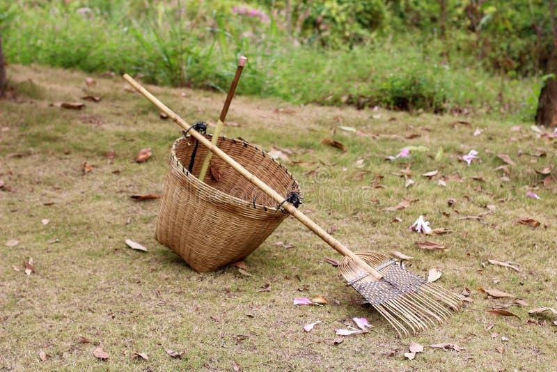 篮子和犁耙 免版税库存图片