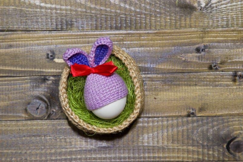 篮子复活节彩蛋 黄麻,西沙尔麻绿色被编织的篮子  e 免版税库存照片