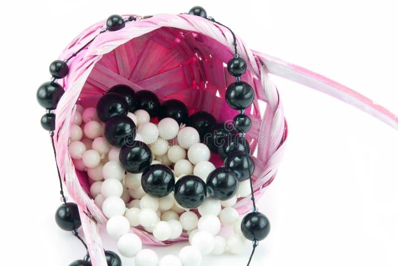 篮子小珠色的查出的珍珠变粉红色柳条 免版税图库摄影