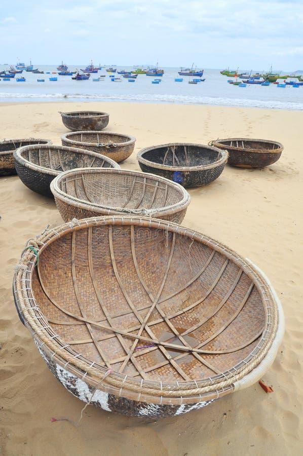 篮子小船在海滩等待的航行 免版税库存图片