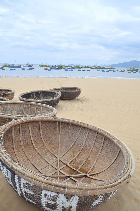 篮子小船在海滩等待的航行 库存照片