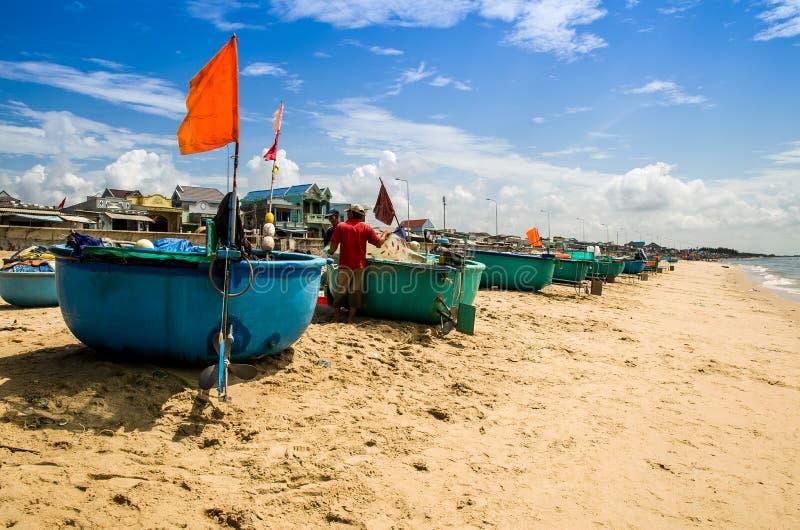 篮子小船在海滩虚度光阴在Phuoc海氏村庄, Ba Ria头顿省,越南 图库摄影