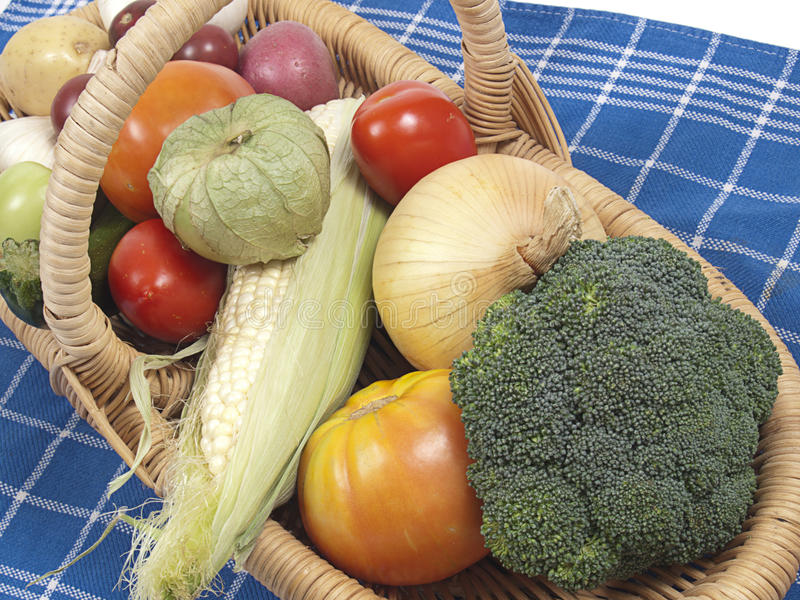 篮子新鲜的未加工的蔬菜 免版税图库摄影