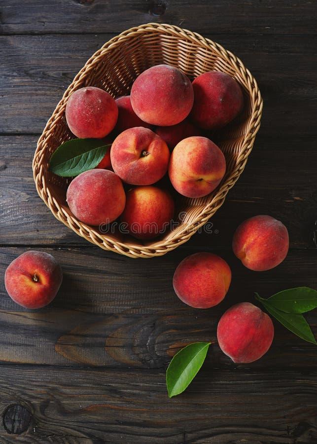 篮子新鲜的桃子 免版税库存图片