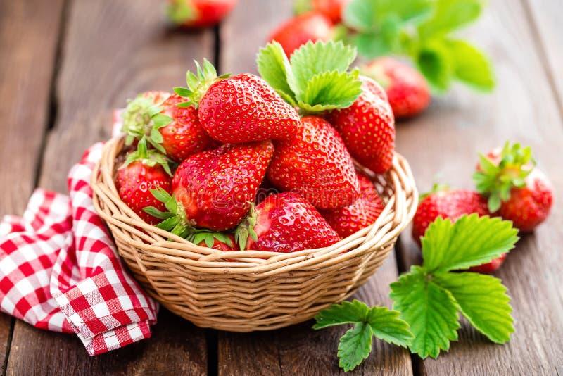 篮子新鲜的草莓 库存图片