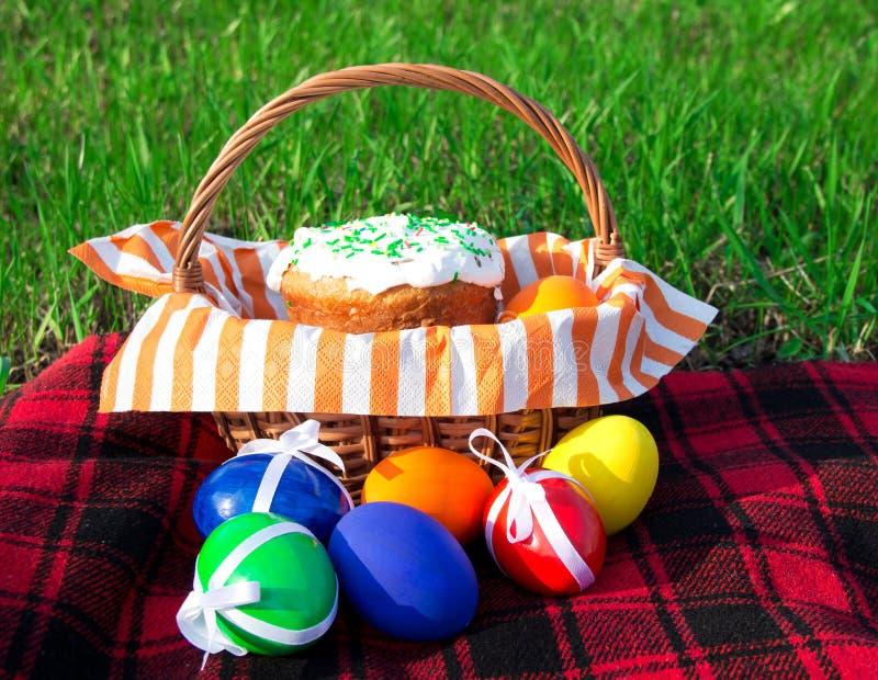 篮子柳条的复活节彩蛋 图库摄影