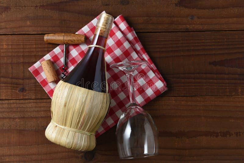 篮子瓶在一块红色和白色被检查的餐巾的吉安迪酒与拔塞螺旋 r 图库摄影