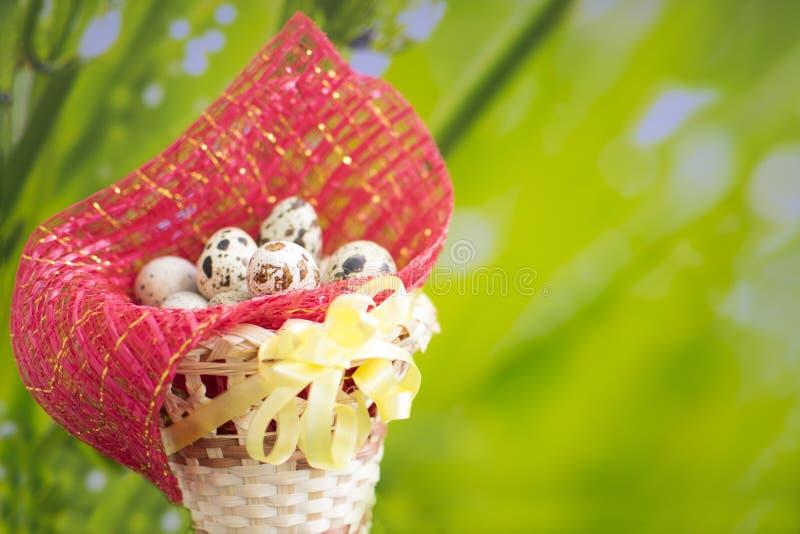 篮子用在绿草的复活节彩蛋 免版税库存图片