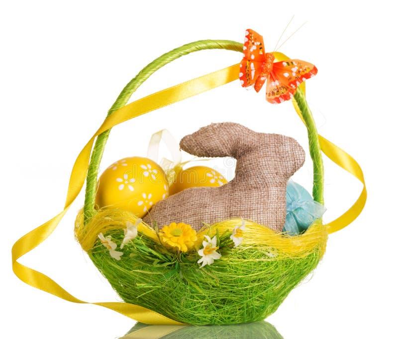篮子用复活节彩蛋和兔宝宝,隔绝在白色 库存照片