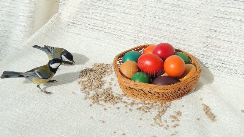 篮子用复活节彩蛋和北美山雀 图库摄影