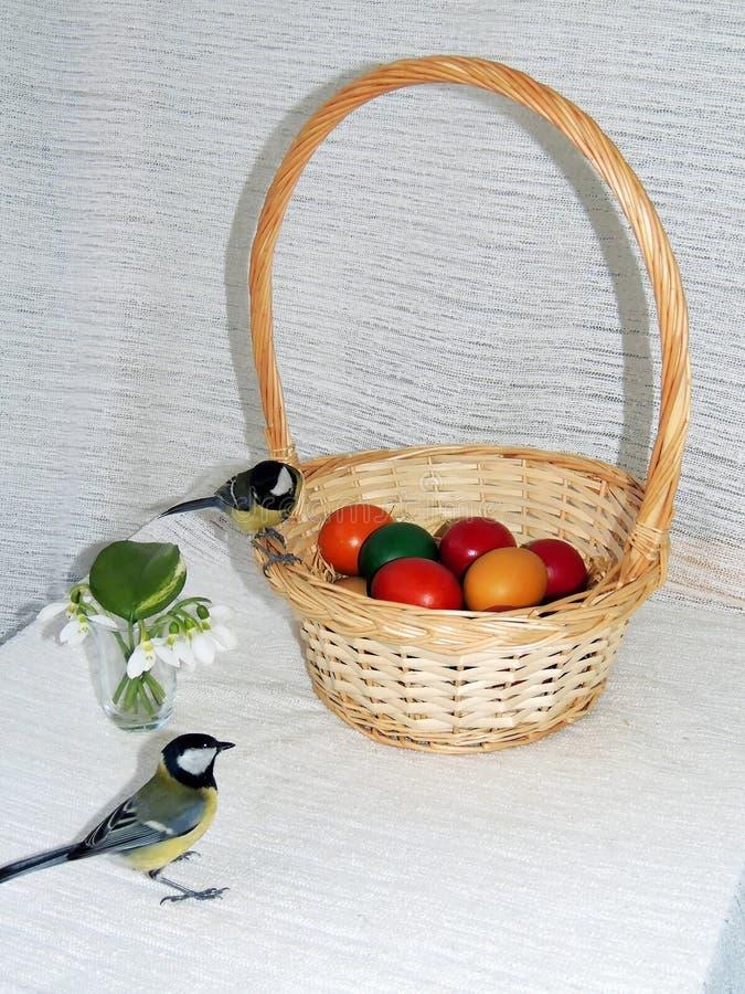篮子用复活节彩蛋和北美山雀 免版税库存照片