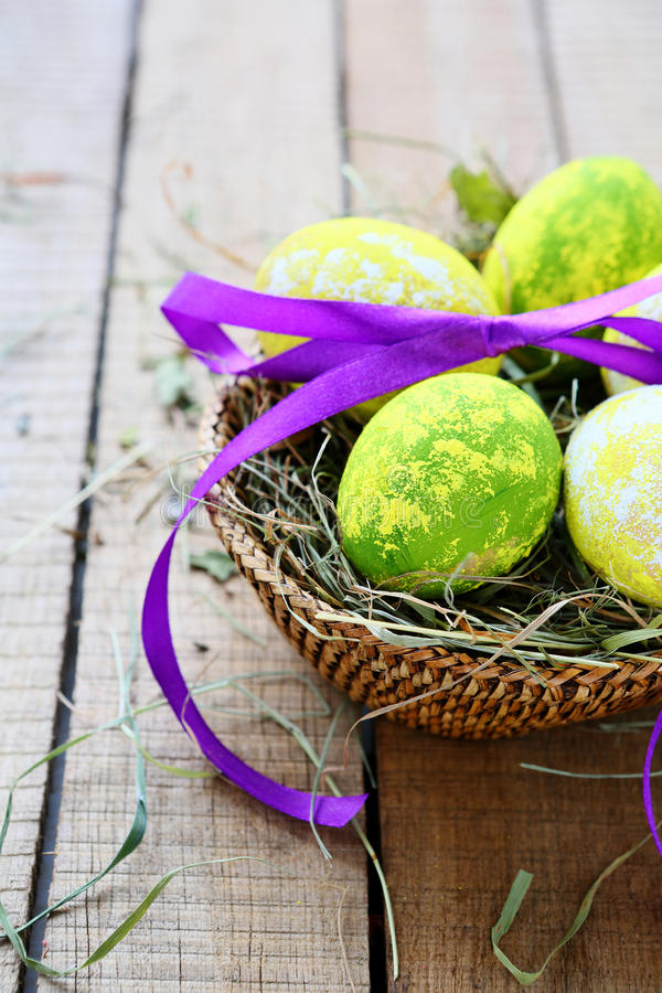 篮子用装饰的复活节彩蛋 免版税库存照片