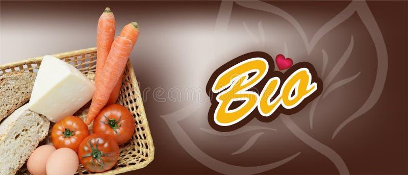 篮子用水果、蔬菜、鸡蛋、生物的乳酪和的面包,书面的生物 免版税图库摄影