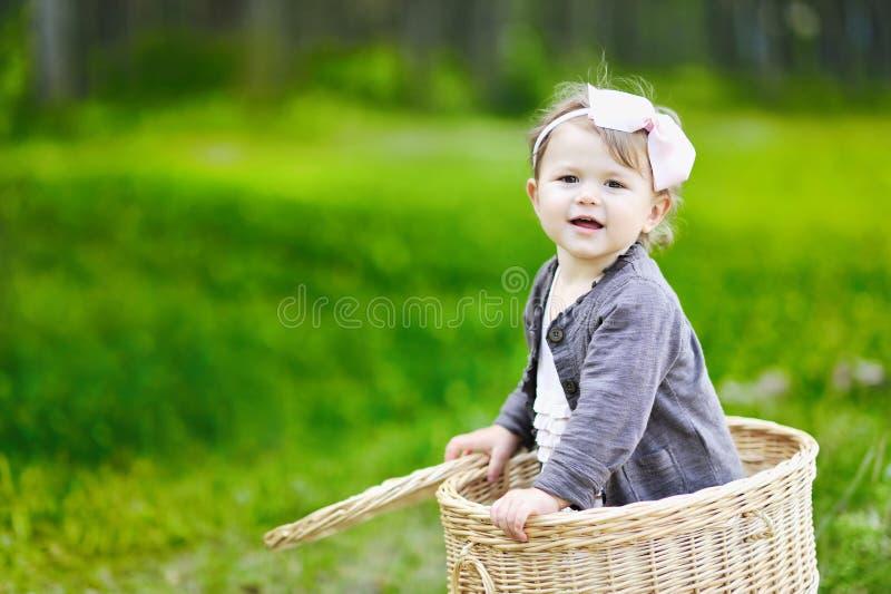 篮子的逗人喜爱的小女孩 库存图片