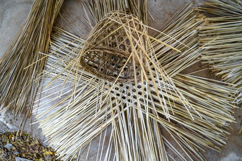 篮子编织法的过程由竹小条做成 库存图片
