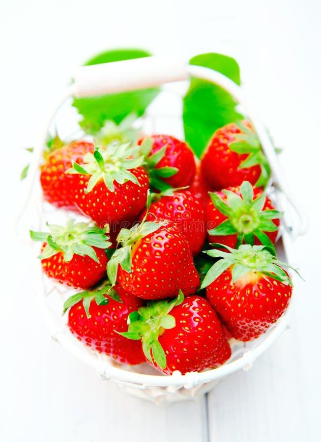 篮子色情红色成熟草莓 库存照片