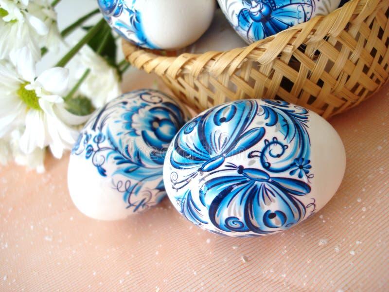 篮子蓝色复活节彩蛋 免版税库存照片