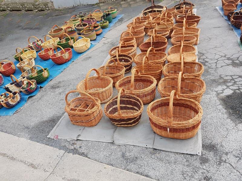 篮子陈列在伊西雅克市场上 库存图片