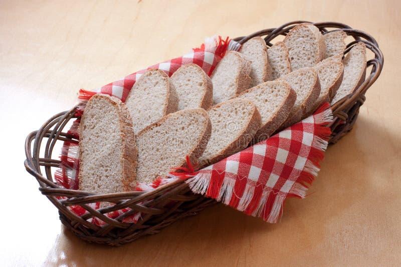 篮子面包被切的表 库存照片