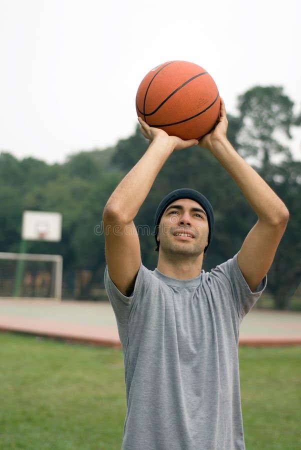 篮球人射击垂直 免版税库存照片