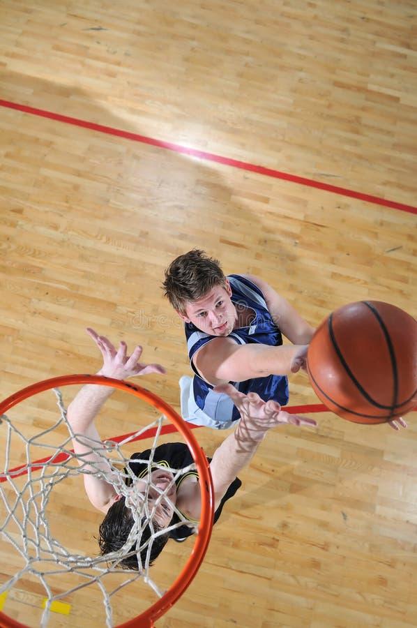 篮球决斗 免版税库存图片