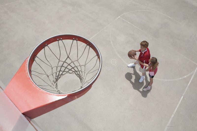 篮球孩子使用 免版税库存图片