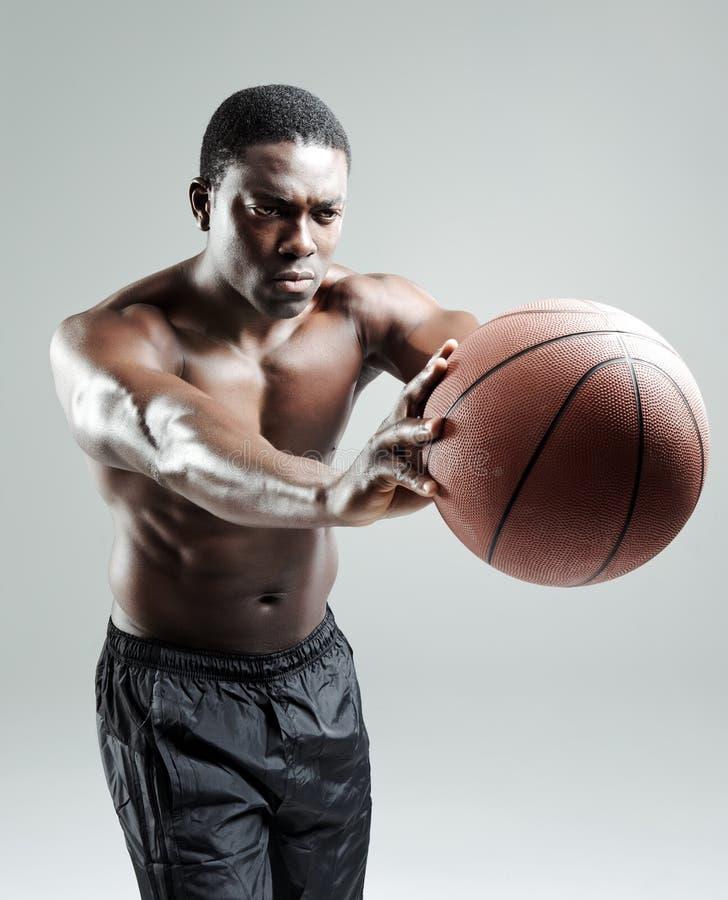 篮球强烈的球员 免版税图库摄影