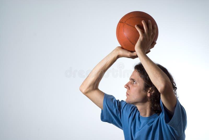 篮球水平的人射击 免版税库存图片