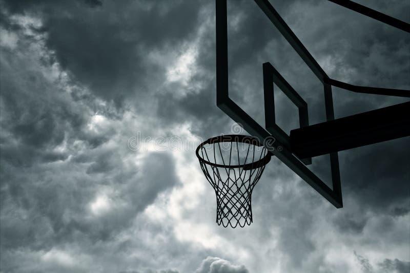 篮球篮和天空 皇族释放例证