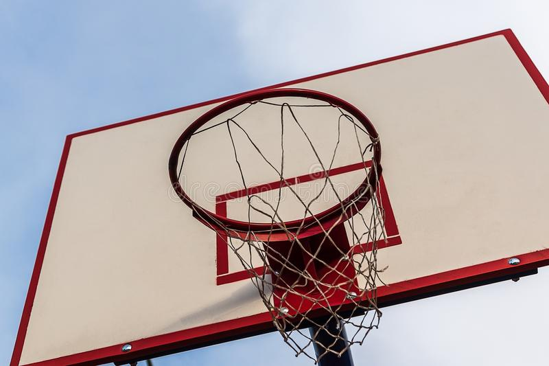 篮球篮和网反对蓝天背景 免版税库存照片