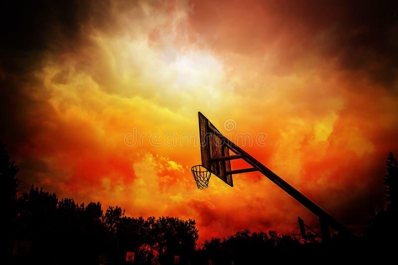 篮球篮在五颜六色的多云背景中 库存图片