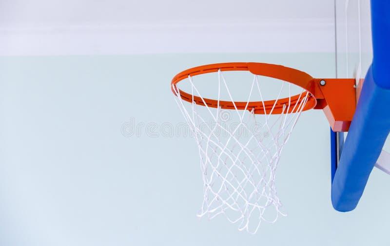 篮球篮笼子,被隔绝的大蓝球板特写镜头,新的outd 库存图片