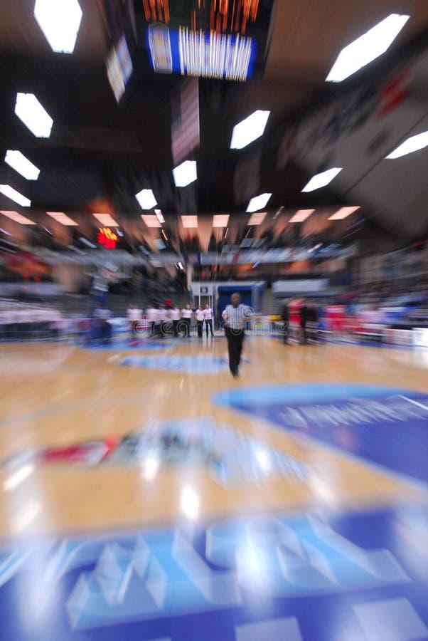 篮球裁判运行中 库存图片