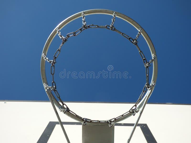 篮球链圆环木板蓝天 库存图片