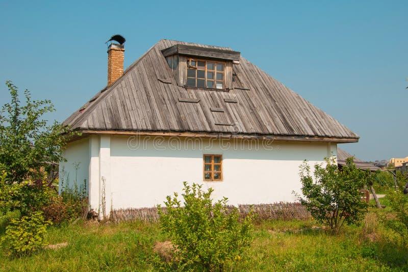 篱笆条和涂抹小屋 免版税库存图片
