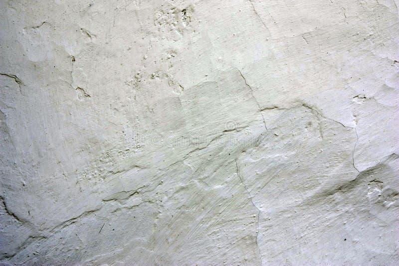 篱笆条和涂抹房子的老破裂的被粉刷的墙壁 关闭 库存图片