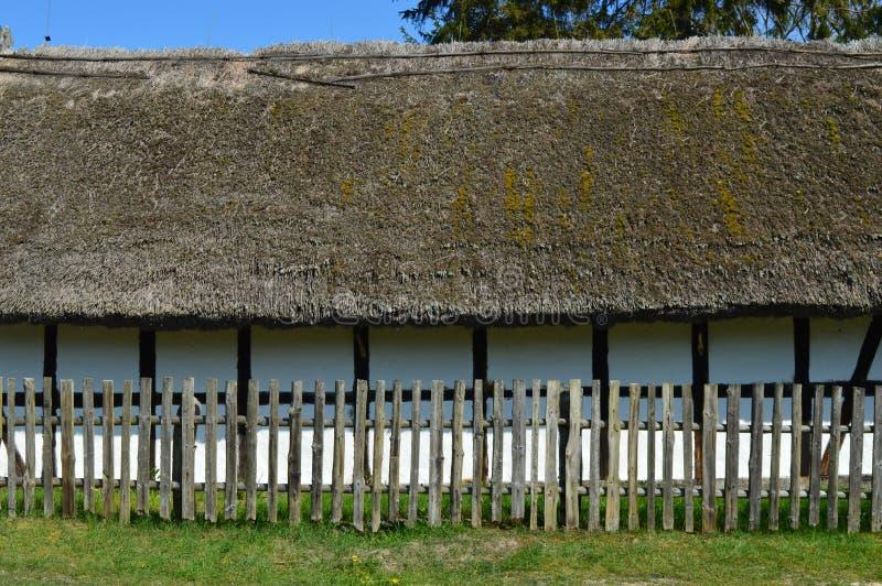 篱笆条和涂抹房子 库存照片