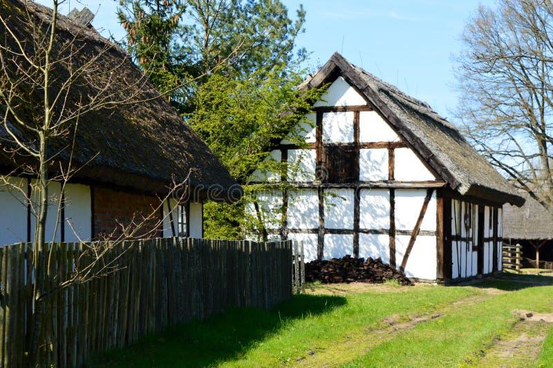 篱笆条和涂抹房子 免版税库存照片