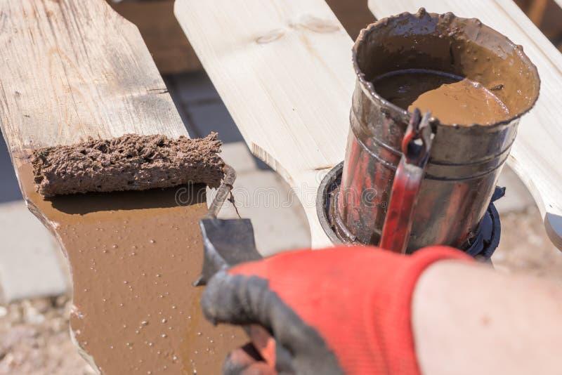 篱芭板绘与棕色木污点 库存照片