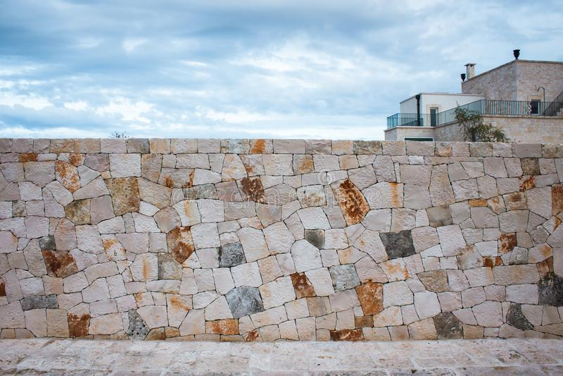 篱芭由自然不对称的石头制成 免版税库存图片