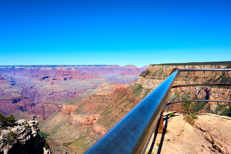 篱芭的扶手栏杆在大峡谷风景前面的 库存照片