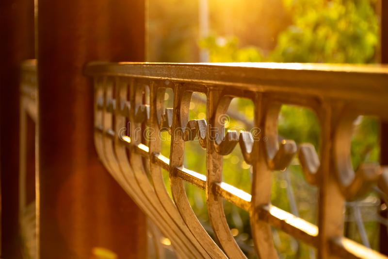 篱芭的片段在日落的光芒的 库存图片